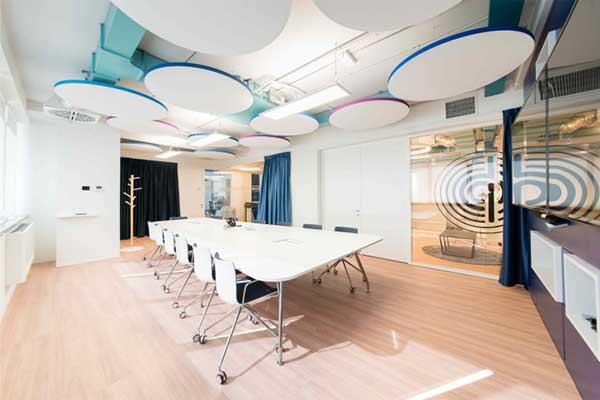 Ưu tiên sử dụng những gam màu sáng thiết kế phòng họp nhỏ