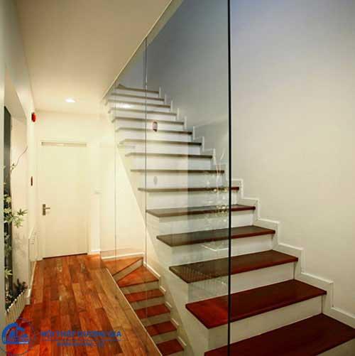 Vách ngăn cầu thang bằng kính