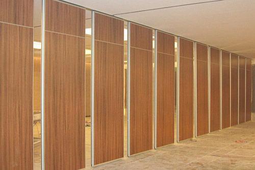 Chú ý tới màu sắc của vách ngăn văn phòng bằng gỗ